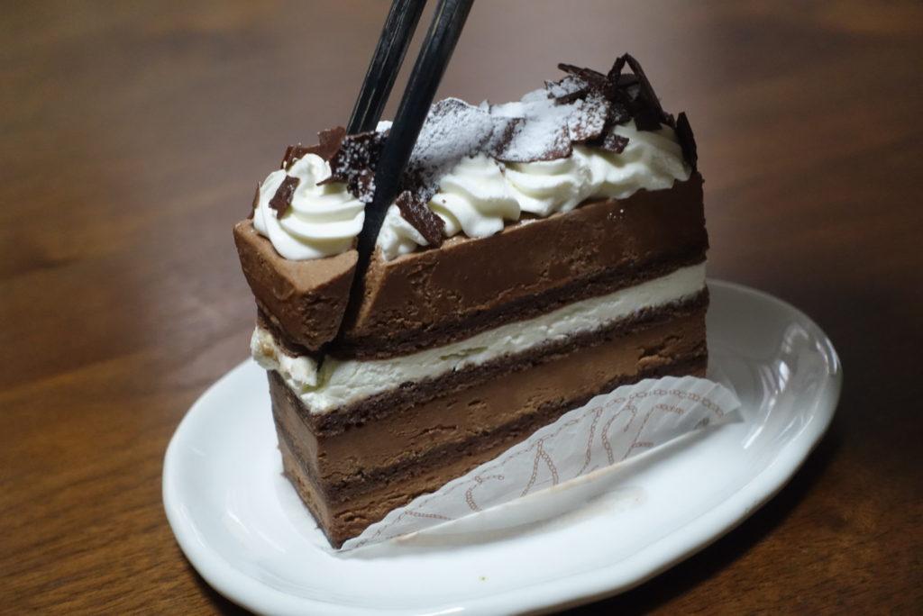 お箸でケーキを切る